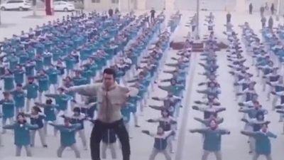 Thầy giáo Trung Quốc nổi tiếng sau màn nhảy salsa với hơn 400 học sinh