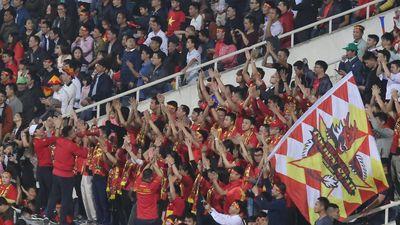 CĐV tạo 'sóng người' ăn mừng bàn thắng của Hà Đức Chinh