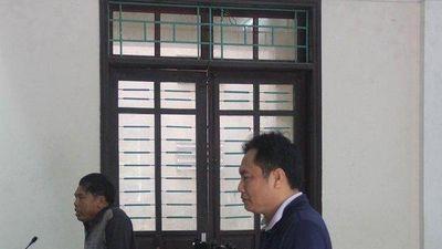 Bác sĩ gây náo loạn trụ sở, tát vào mặt nữ cán bộ tòa lĩnh án