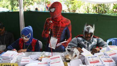 'Người Nhện' và 'Thần Sấm' cổ vũ người đi bỏ phiếu ở Indonesia