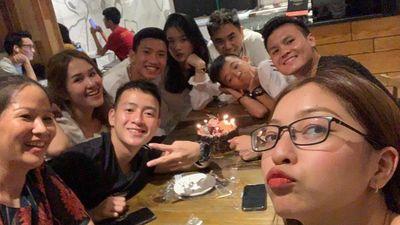 Quang Hải nghịch ngợm thổi nến 'giúp' Văn Hậu trong ngày sinh nhật