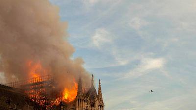 30 phút lãng phí đã khiến Nhà thờ Đức Bà chìm trong biển lửa