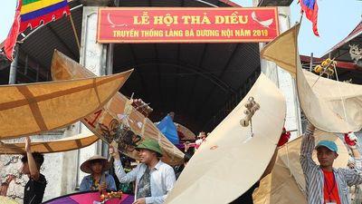 Hàng trăm người đội nắng thả diều ở cánh đồng ven Hà Nội
