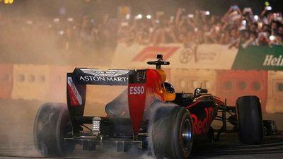Phấn khích tột bậc xem 'mãnh thú' F1 gầm rú và đốt lốp trên đường Hà Nội