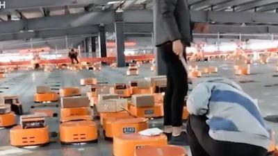Robot một giờ gói 12.000 đơn hàng của Trung Quốc