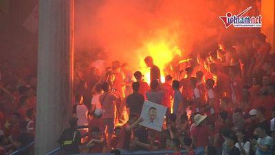 CĐV Hải Phòng 'tấn công' sân Hàng Đẫy bằng pháo sáng trước trận gặp Hà Nội