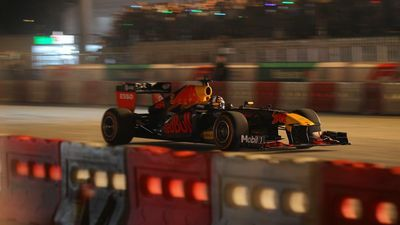 Hai chiếc xe F1 gầm rú, phóng đi vun vút trên đường phố Hà Nội