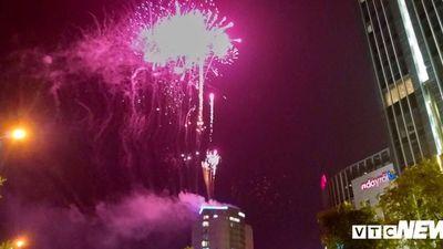 Pháo hoa rợp trời mừng Thành phố Hà Tĩnh được công nhận đô thị loại II