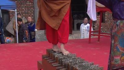 'Bậc thầy Kung Fu' Trung Quốc đi chân trần trên những lưỡi dao
