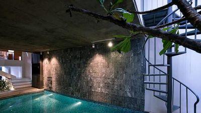 Bất ngờ ngôi nhà ống Việt có thiết kế bể bơi cực độc