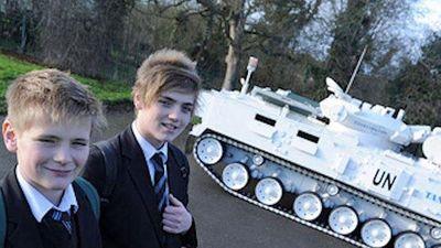 Ông bố của năm: Lái xe tăng 17 tấn chở con đi học