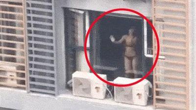 CLIP HOT: Nắng nóng 'phát rồ', cô gái cởi hết đồ chỉ mặc nội y đứng uốn éo trong phòng