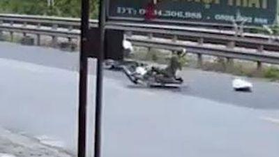 Hai xe máy đâm thẳng vào nhau rồi văng ra xa
