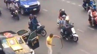 Người đàn ông bỏ xe giữa phố, giết rắn rồi dọa tự tử ở Thái Lan