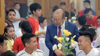 HLV Park Hang Seo bối rối gửi phong bì trong đám cưới Đỗ Hùng Dũng