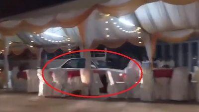 Clip: Ô tô lao như bay qua rạp đám cưới, người dân bỏ chạy toán loạn