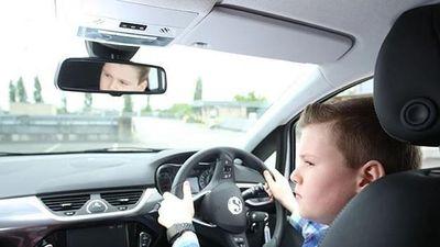 Hai đứa trẻ 10 tuổi lái xe gần 100 km/h trên cao tốc