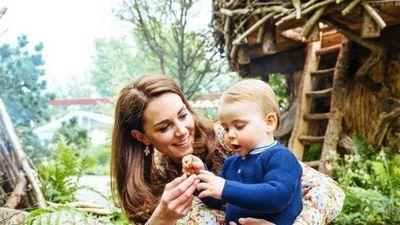 Khoảnh khắc ngọt ngào của gia đình Hoàng tử William trong vườn hoa