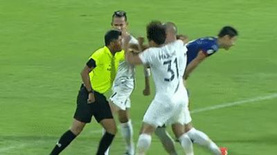 Tuyển thủ Thái Lan bị đuổi khỏi sân vì đấm lén trọng tài