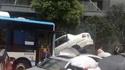 Tài xế xe buýt nhầm chân ga, ủn 'dồn toa' hàng chục xe con trên đường chỉ trong vài giây