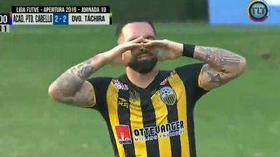 Cầu thủ khóc khi ghi bàn loại đội bóng của bố