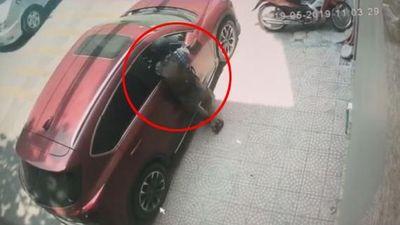 Clip thanh niên bịt mặt đập kính ô tô, trộm đồ trong 2 giây ở Hà Nội