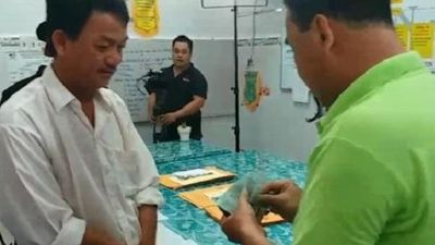 Clip chưa bao giờ công bố: 'MC nông dân' Quyền Linh từng nhiều móc sạch tiền trong ví tặng người nghèo