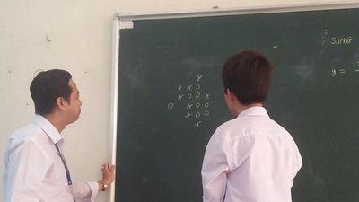 Thầy và trò tỷ thí cờ caro trong lớp học