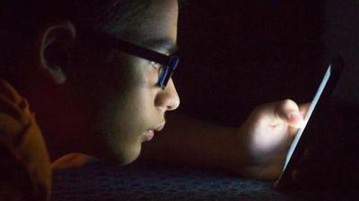 Chàng trai bị sỏi mắt vì nhiều đêm nằm ôm điện thoại