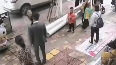 Chàng trai chịu 52 cái tát vì không mua điện thoại tặng bạn gái