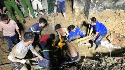 Gần 8 giờ tìm kiếm thi thể nạn nhân bị sập giếng ở Nghệ An