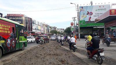 Xe ben tháo chạy sau khi đổ bùn đất xuống đường ở Gò Vấp