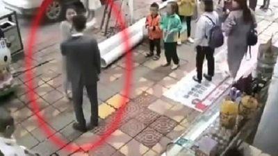 Chàng trai bị bạn gái tát liên tiếp giữa đường vì không tặng điện thoại