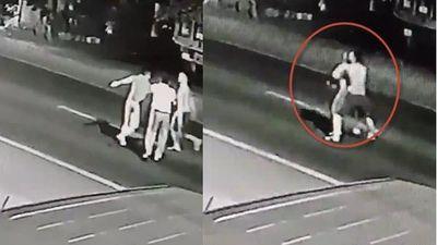 Clip gã trai cục súc ôm bạn gái ra giữa đường cho xe tông ở Lạng Sơn