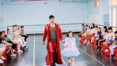 Trọng Hiếu được người mẫu nhí 8 tuổi dạy đi catwalk