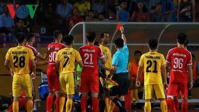 Jermie Lynch nhận thẻ đỏ lãng xẹt ở trận thua Viettel