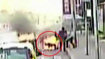 Clip: Tài xế xe buýt cứu người lái xe ba gác bị lửa thiêu sống kịch tính như phim