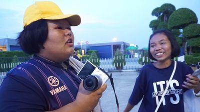 Fan nữ chờ đến tối để động viên Xuân Trường thắng Đặng Văn Lâm