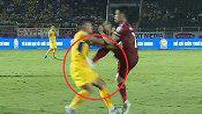 Clip: Pha bóng ghê rợn của cầu thủ TP HCM khiến Xuân Mạnh nằm sân