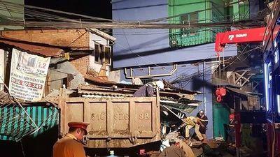Người dân kể lại lúc xe ben từ trên cầu lao vào nhà