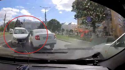 Ôtô ôm cua rồi lao thẳng vào 3 xe khác gây tai nạn