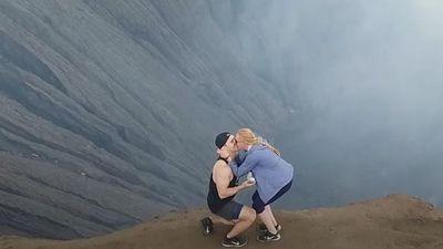 Chàng trai cầu hôn bạn gái ngọt ngào trên miệng núi lửa