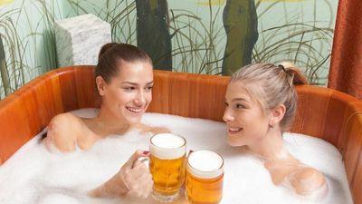 Ngâm mình trong bể bia nóng 38 độ C ở Iceland