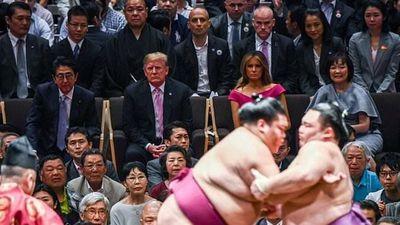 Tổng thống Trump trao cúp cho nhà vô địch sumo tại Nhật Bản