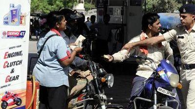 Người đi xe máy không được mua xăng nếu không đội mũ bảo hiểm