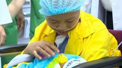 Người mẹ ung thư giai đoạn cuối lần đầu ôm con vào lòng