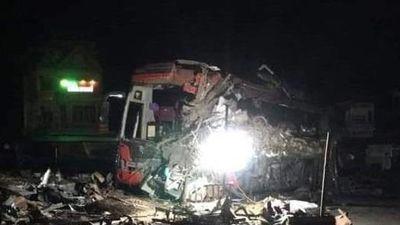 Khoảnh khắc xe tải chở sắt vụn tông vào ôtô khách trong đêm