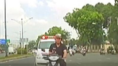 CLIP: Người đàn ông đi xe máy mải nghe điện thoại, đâm thẳng vào đầu ôtô