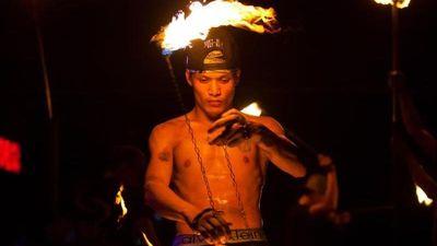 Xem múa lửa, ngắm cá mập ở đảo ngọc Koh Phi Phi