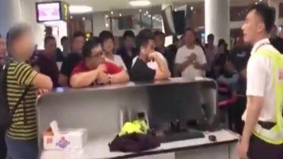 Máy bay hoãn 7 tiếng, hành khách đòi nhân viên quỳ xuống xin lỗi
